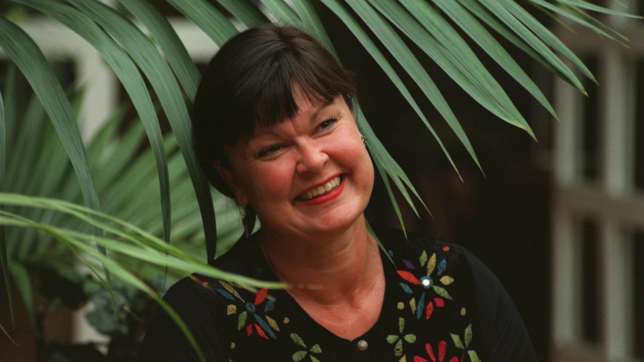 Arkivbild på Lisa Syrén bland palmblad