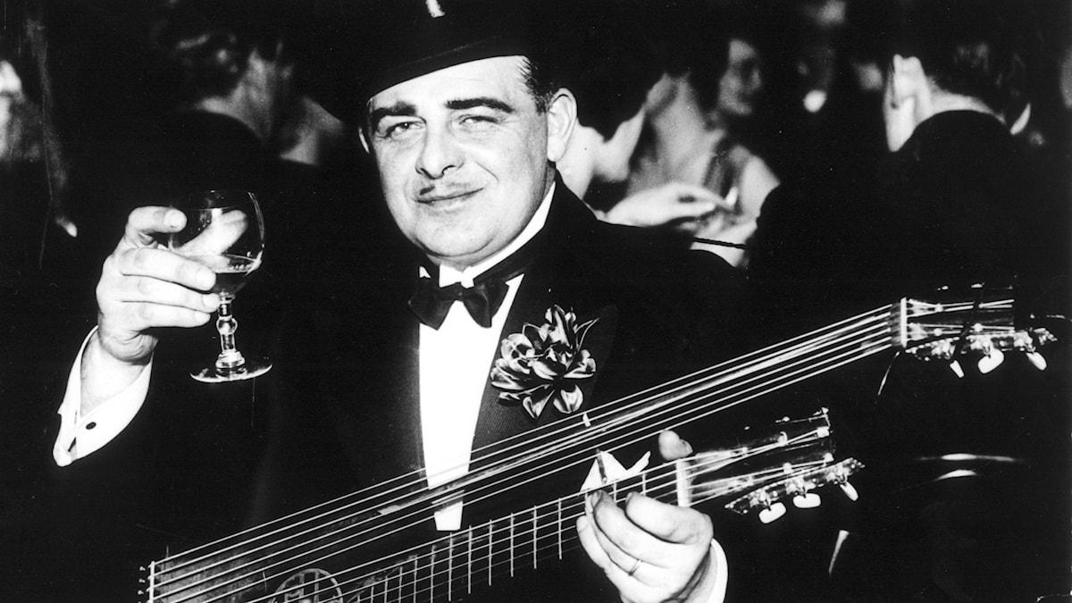 Trubaduren Evert Taube bildar i november 1936 Samfundet  Visans Vänner på restauran Den Gyldene Freden i Stockholm.