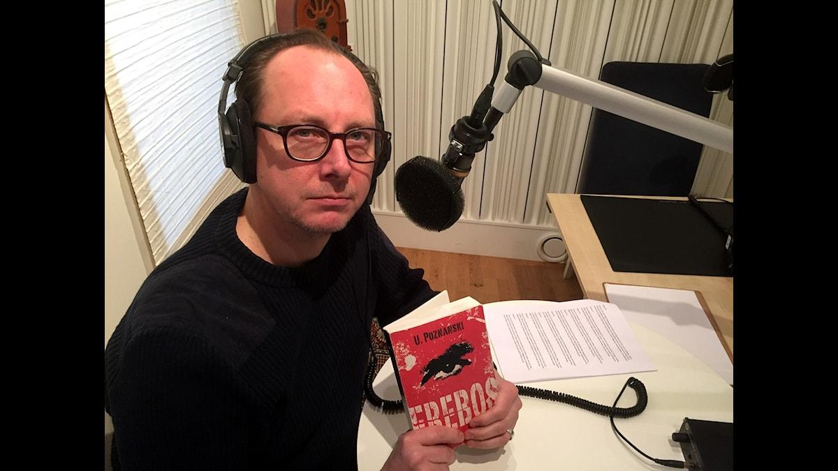 Skådespelaren Andreas Nilsson läser in Ursula Poznanskis Erebos.
