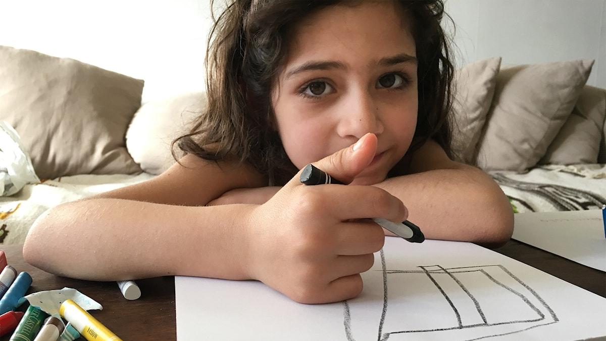 Enola, 6 år från Syrien, älskar djur.