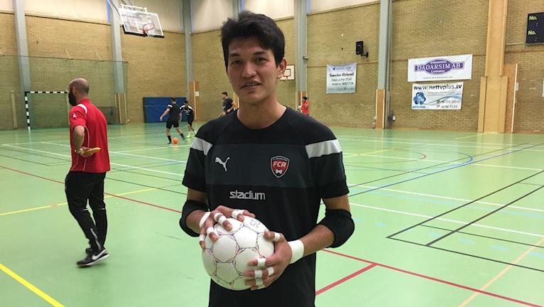 Mahmud Bakhshi står i mål på futsalträningen.