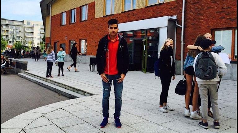 Det är Najibs första dag på en svensk högstadieskola i Malmö och allt är nytt: lokalerna, klasskompisarna och lärarna.
