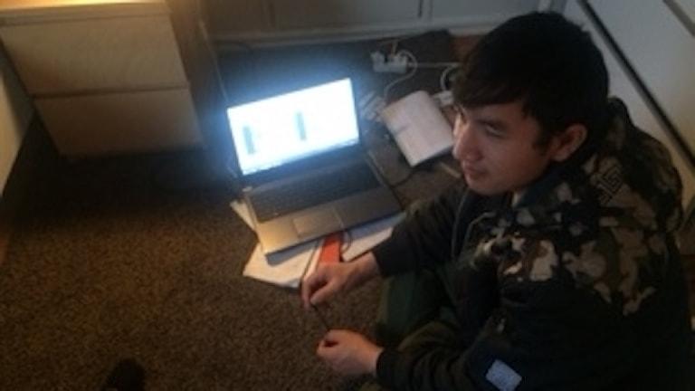 Sarwar brukar sitta på golvet i sitt rum när han gör skolarbete.