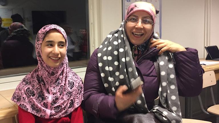 Asma Mousavi visar sitt klassrum för mamma Zahra Husseini.