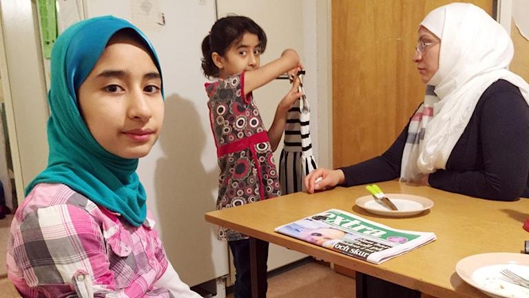 Asma, lillasyster Fatema och mamma Zahra gör sig redo för mötet på Migrationsverket.
