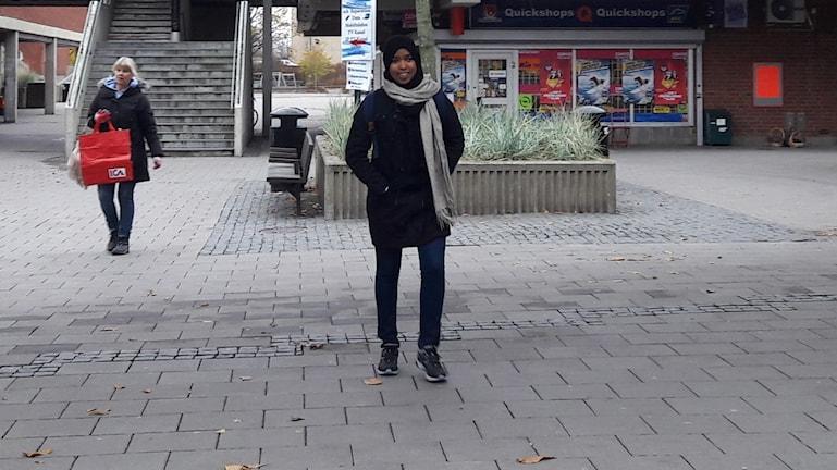 Hibak Thahir har höstlov från skolan och hon kommer springande över torget i Bredäng i Stockholm där hon bor.