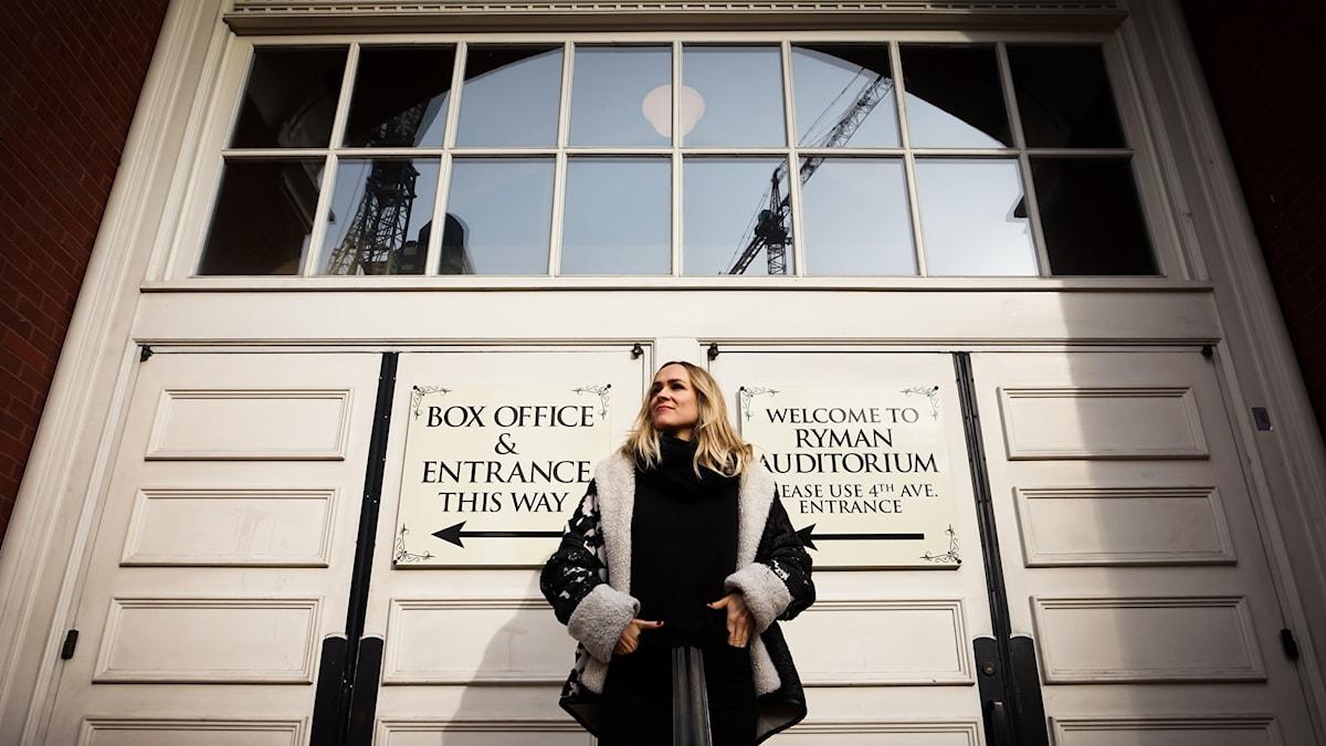 Josephine Forsman utanför Ryman Auditorium i Nashville, Tennessee.