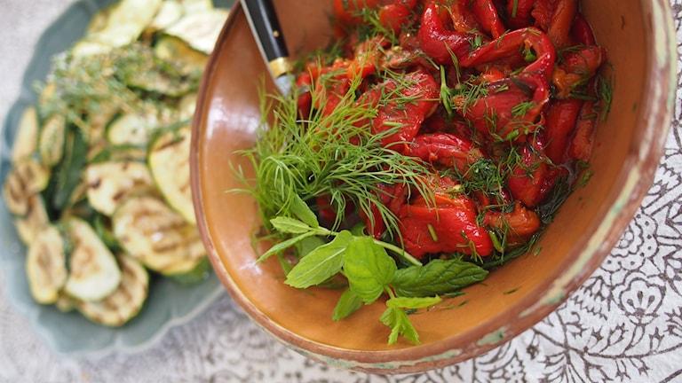 Ugnsrostad paprika med färska örter. Foto: Emma Janke