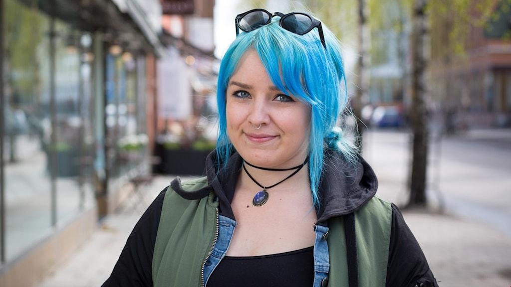 Ung kvinna med blått hår
