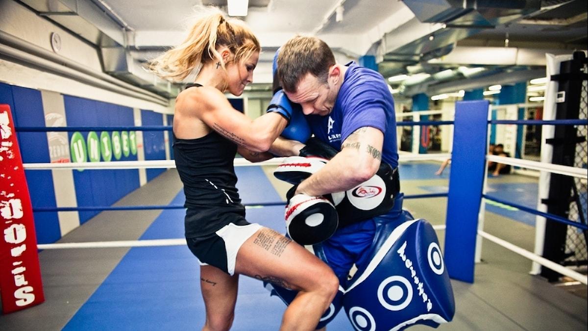 Kvinna som slåss