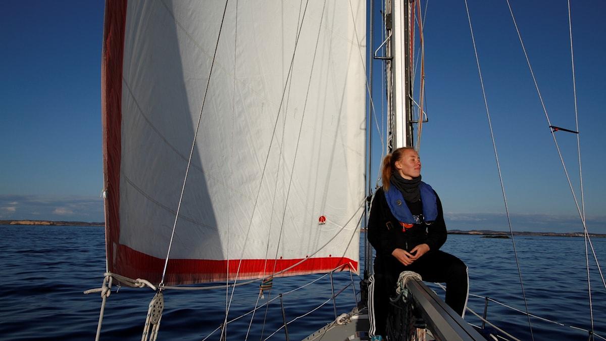 Kvinna i segelbåt