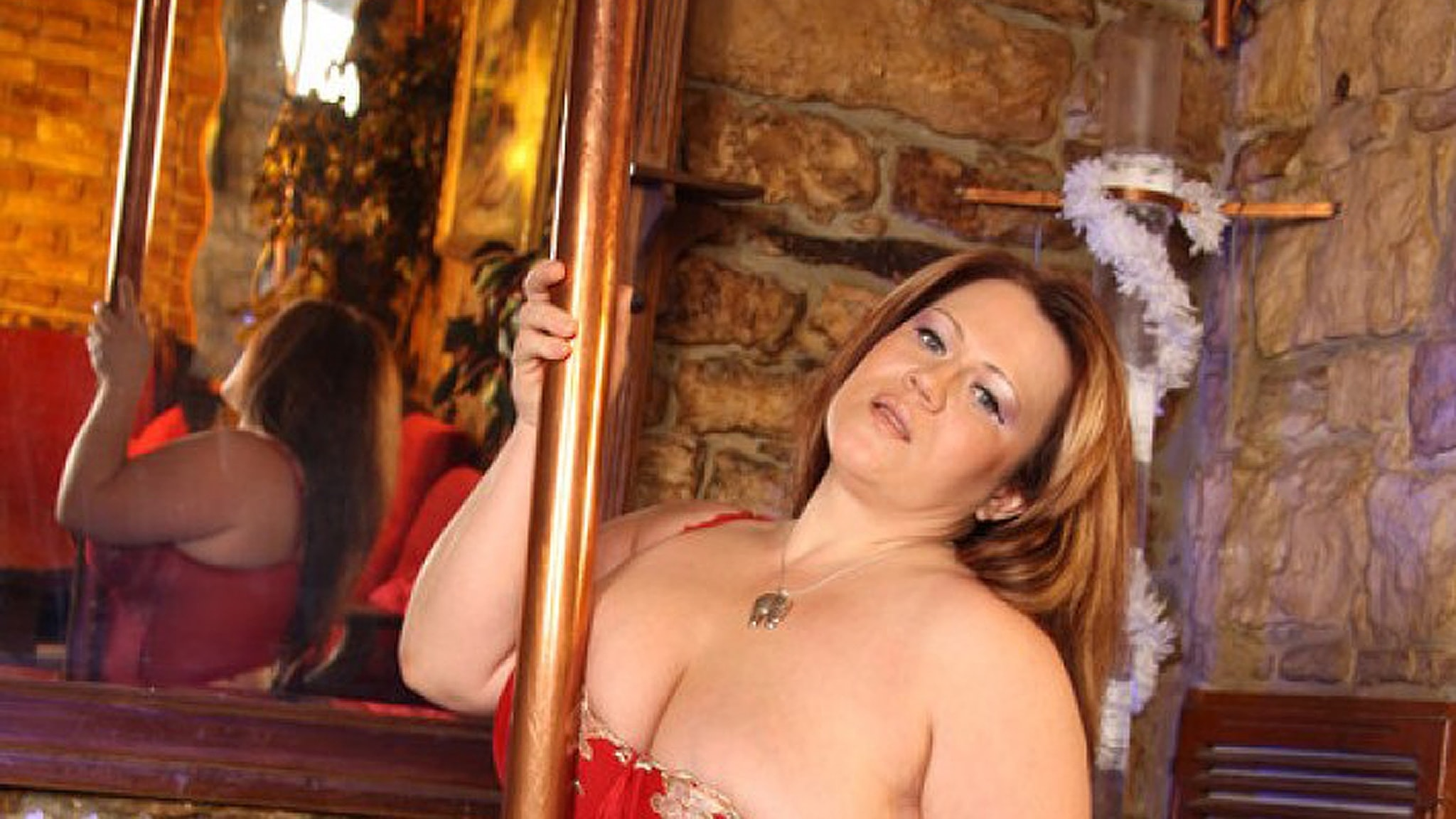 Kvinna vid strippstång