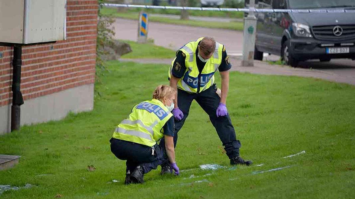 Kriminaltekniker undersöker brottsplats.