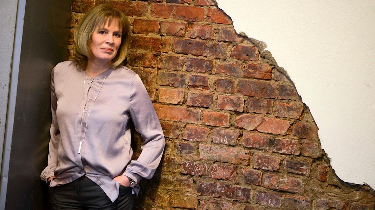 Kvinna lutad mot vägg