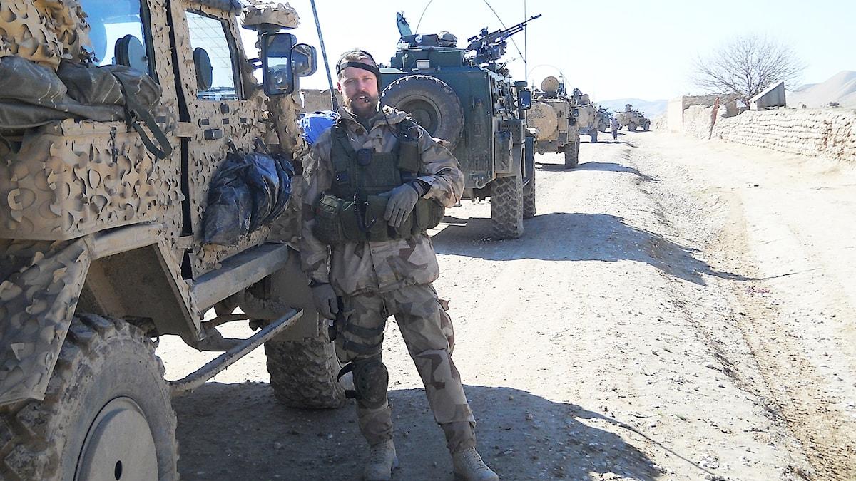 Man vid militärkonvoj