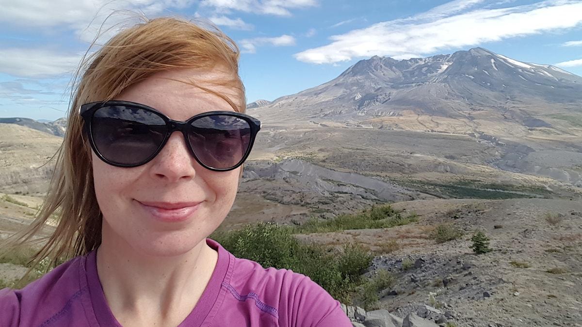 Kvinna framför vulkan