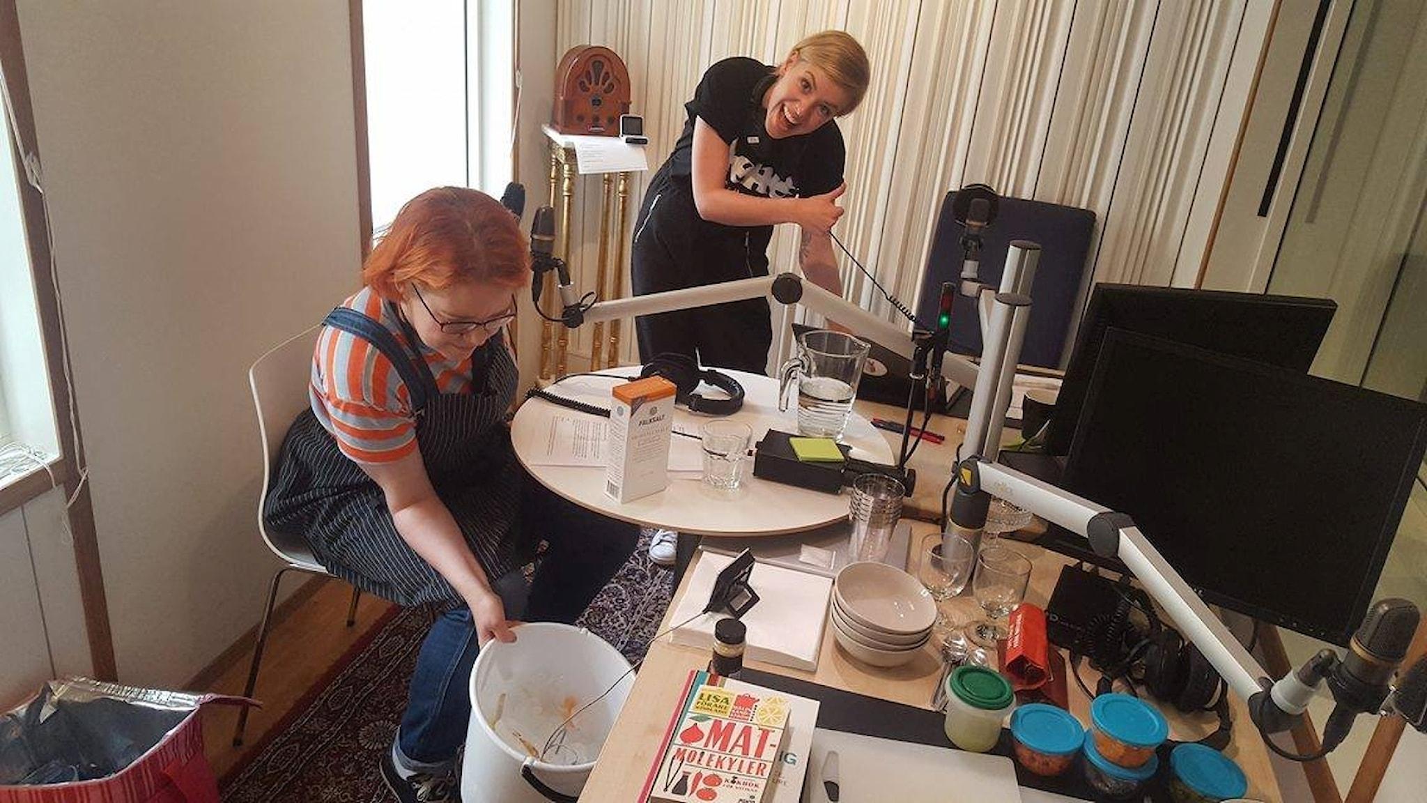 Malin Sandström har gjort en mobil frys i Clara Henrys studio. Nu kan vi svalka oss med glass hela sommaren!