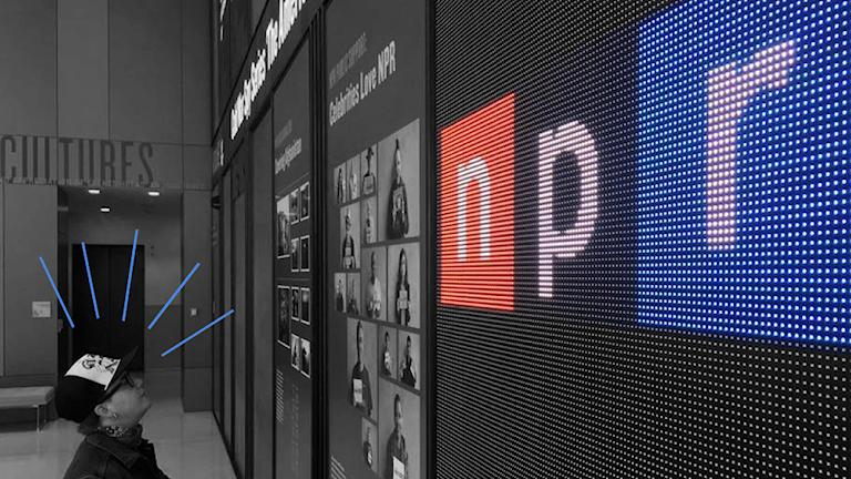 Vår utvecklare Karolina ögnar välkomstskylten hos NPR Visuals i Washington DC.