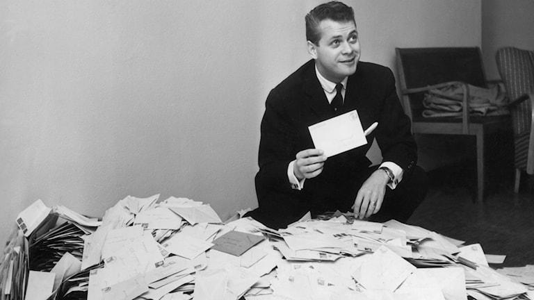 Bild på Lasse Lönndahl som läser brev. Foto: SVT arkiv.