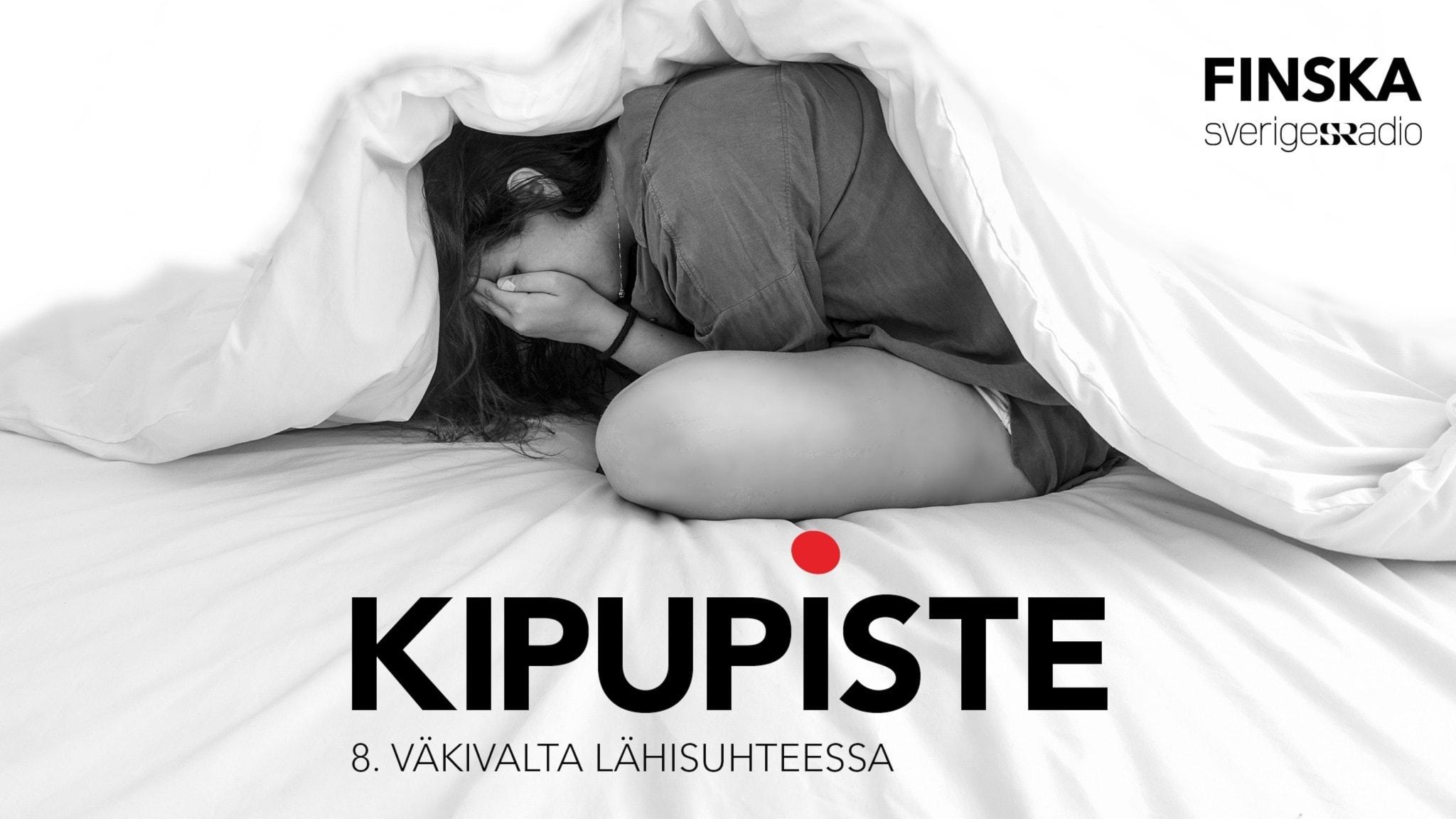 Nainen istuu sängyssä kädet naamansa edessä. Hänen päällä on peitto.