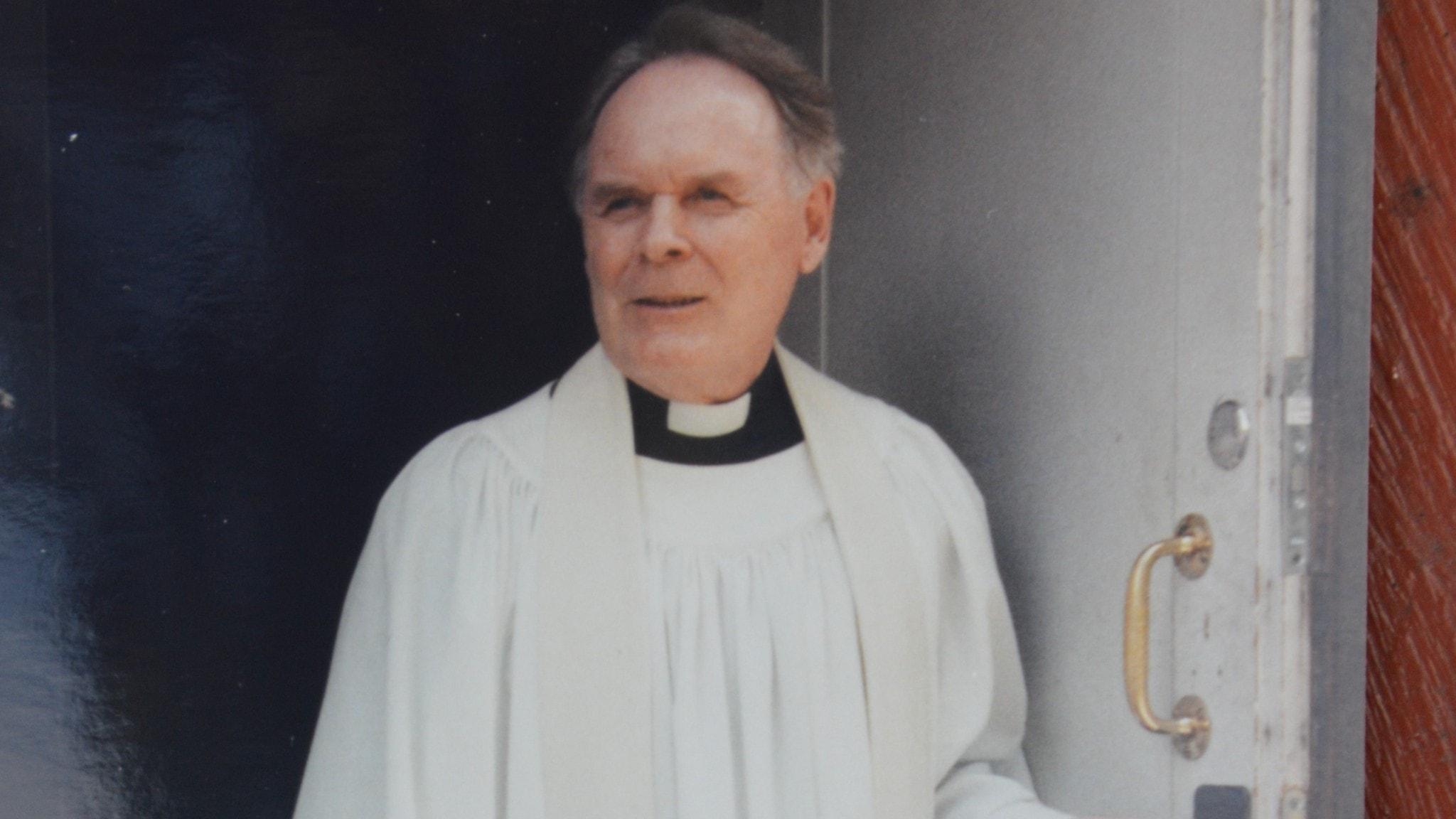 Kuvassa mies puettuna papin kaapuun.