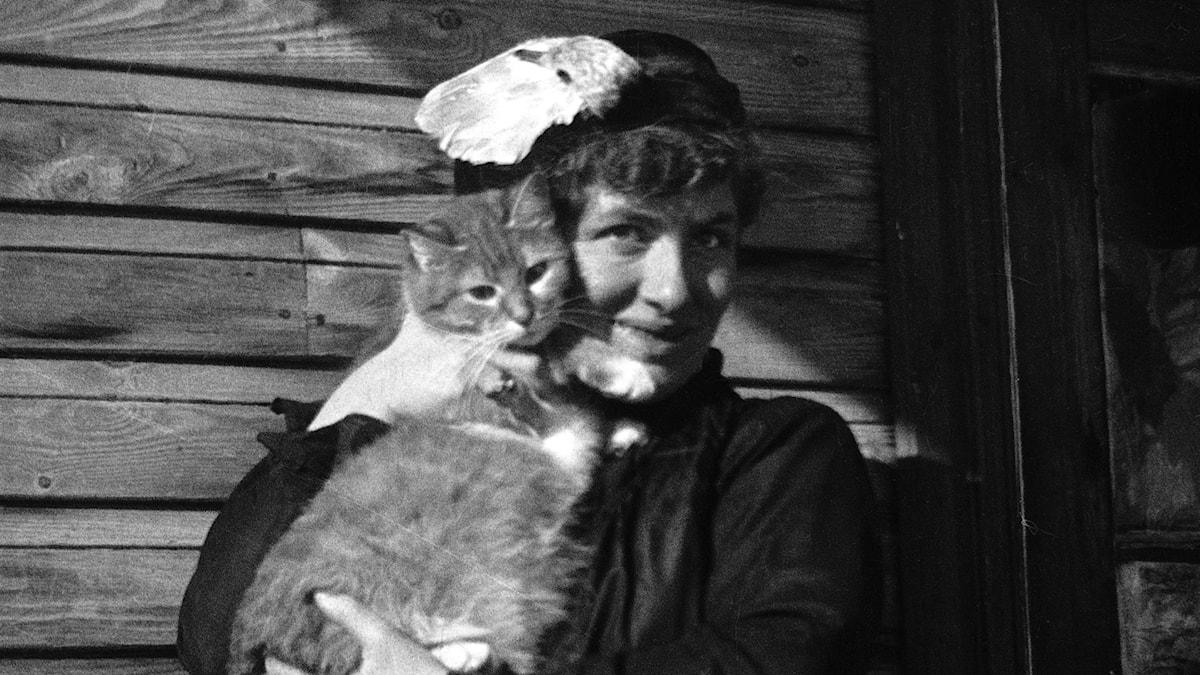 Edith Södergran och hennes katt Totti Foto: Helena Södergran