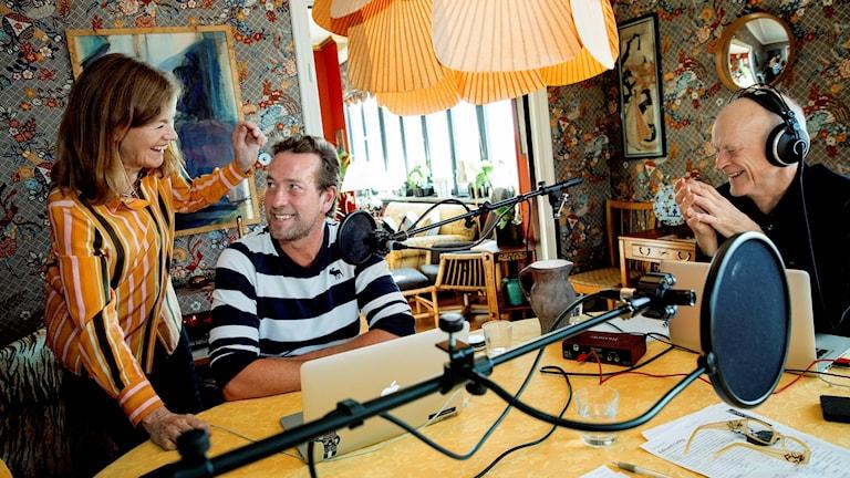 Bild: Camilla Lundberg och Carl Tofft tillsammans med producenten Anders Olsén.