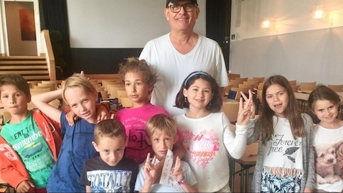 Kobi Weitzner och barn från Hillelskolan