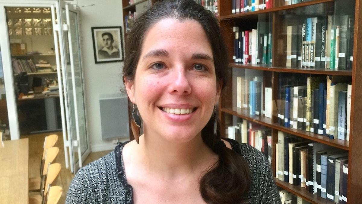 Sharon Bar-Kochva på sin arbetsplats, Medem-biblioteket i Maison de la culture yiddish i Paris