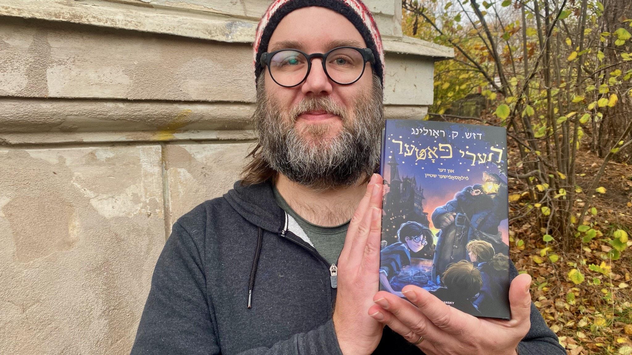 """Niklas """"Kolye"""" Olniansky med Harry Potter på jiddisch."""