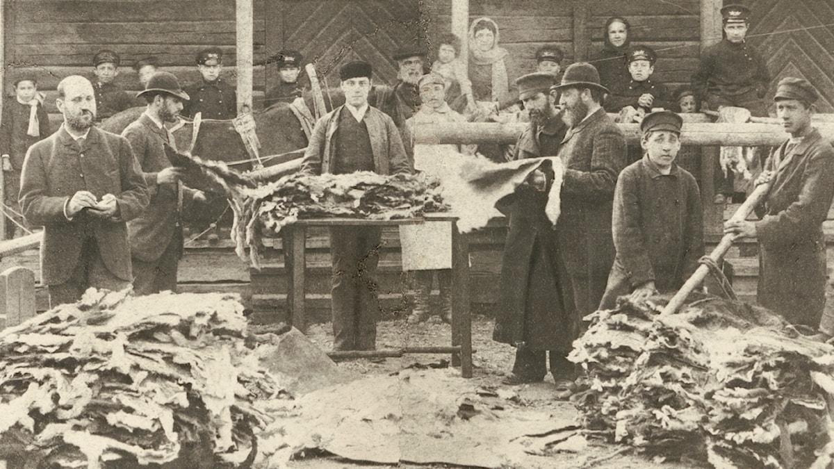 F d soldaten Ortschick Eckert på lantbruksmarknad i slutet på 1800-talet Judar fick inte bedriva handel utanför städerna och Eckert blev utvisad från Finland för brottet, men återvände senare med sin familj