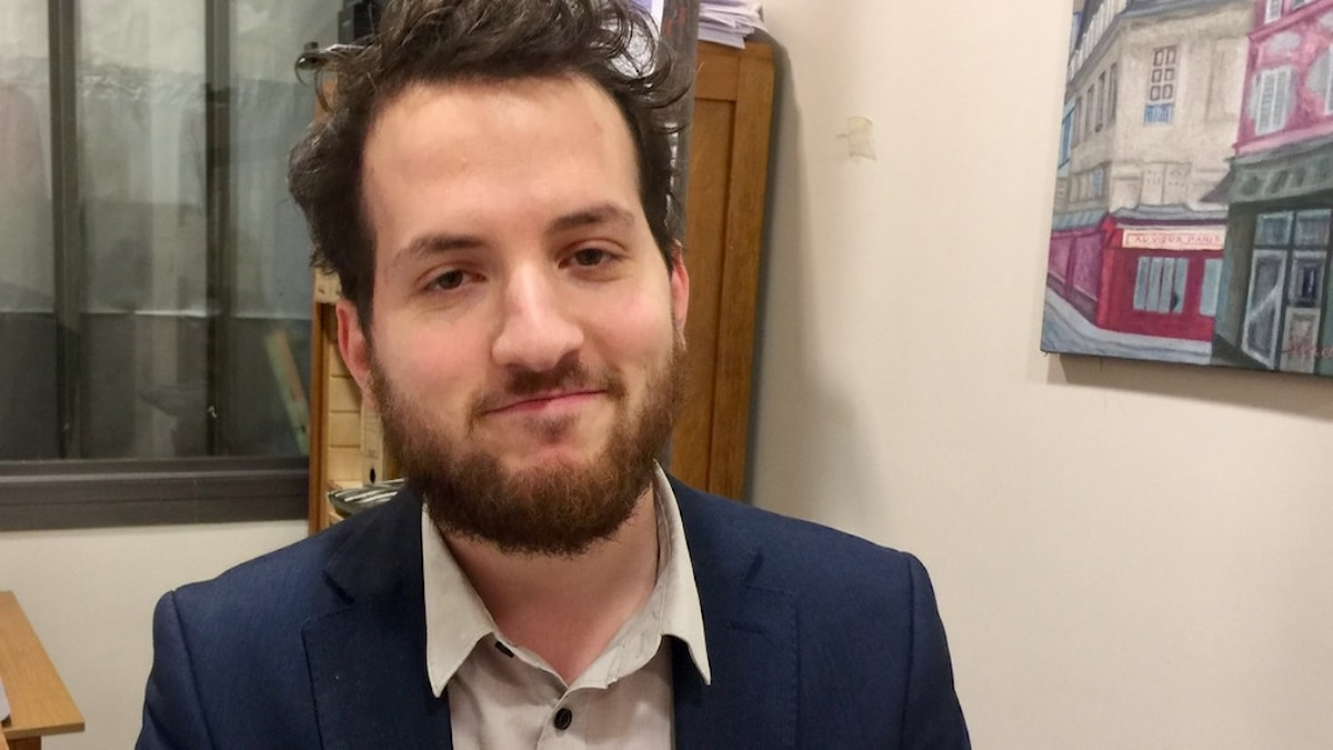 Tal Hever-Chybowski på sitt kontor på jiddisch-kulturhuset i Paris.