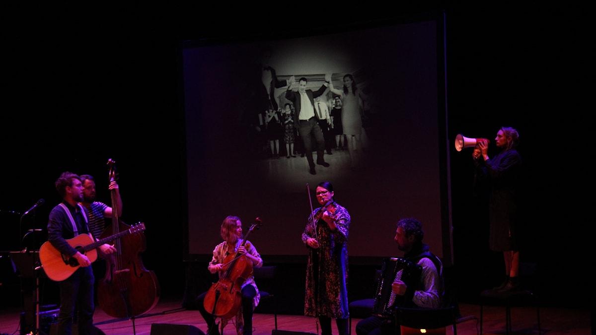 Louisa Lyne un di Yiddishe Kapelye under föreställningen Yiddish Revolution.