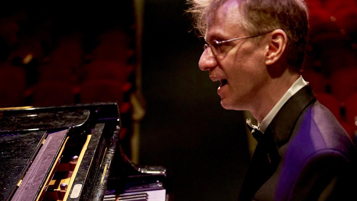 Musikern och artisten Binyumen Schaechter vid pianot.