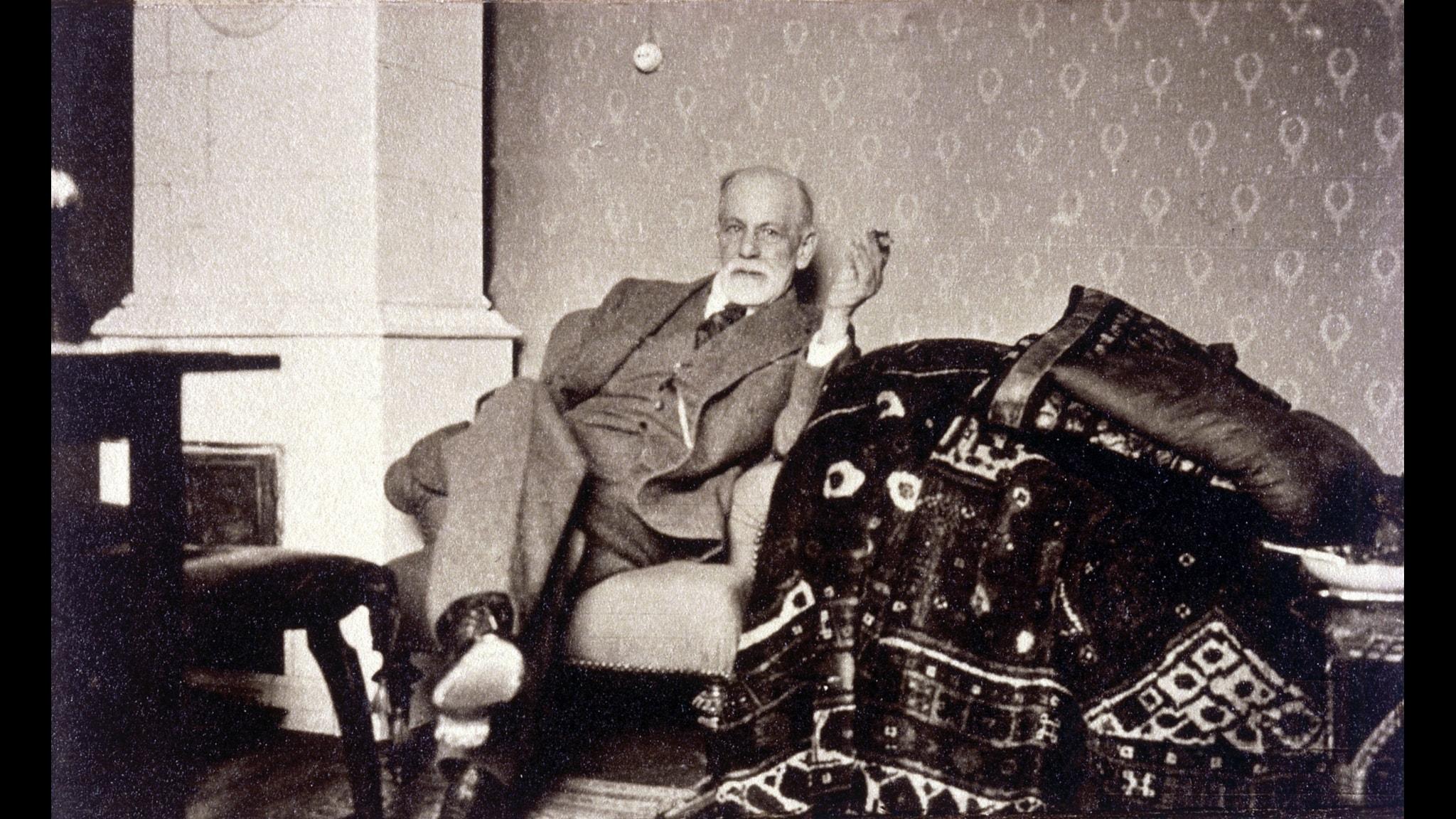 Sigmund Freud bredvid sin berömda soffa.