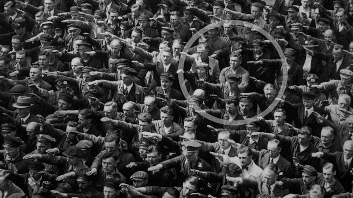 Den 13 juni 1936. En person (antagligen August Landmesser eller Gustav Wegert) sticker ut från mängden.