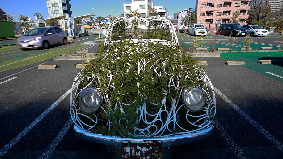Volkswagen var en del av den nazistiska Kraft durch Freude-rörelsen, men hakade också på den antikonsumistiska gröna vågen under 1960-talet. Här som konstinstallation i Japan.
