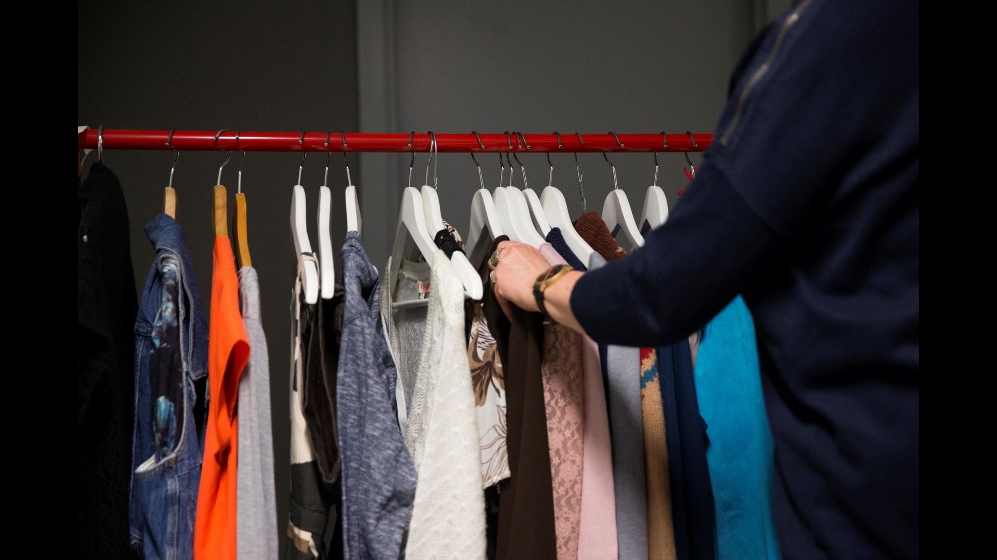 """8 kilo per person och år. Så mycket kläder slänger vi i Sverige. I """"Slow Fashion"""" ges råd för att bland annat undvika klädsvinnet."""
