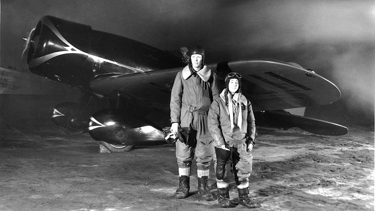 Charles A Lindbergh och Anne Morrow Lindbergh 1930, framför planet de flög sträckan Los Angeles–New York med på rekordtid.