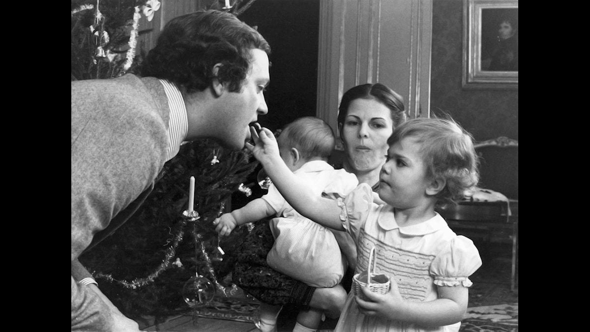 Prinsessan Victoria bjuder kung Carl Gustaf på julgodis