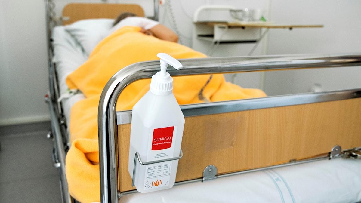 En patient i en sjukhussäng.