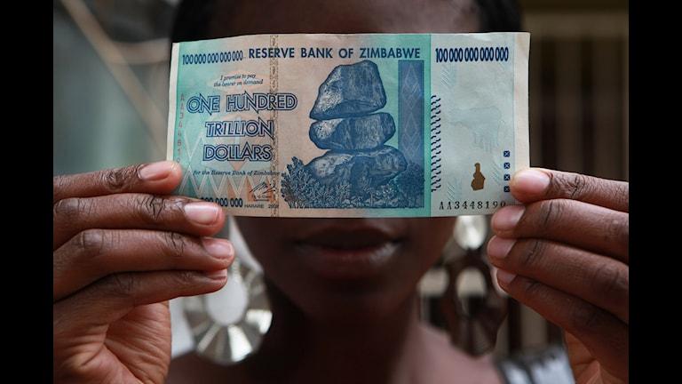 En hundrabiljoner-dollarsedel introducerades 2009 för att möta den rasande inflationen.