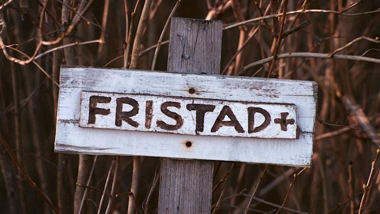 """Skylt med texten """"fristad"""""""