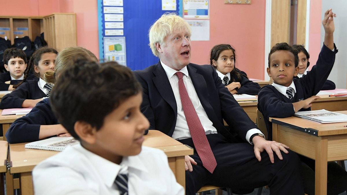 Boris Johnson, en av de politiker som måste diskutera skolans syfte, gör research.