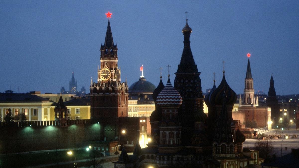Bild på kreml i Moskva på natten