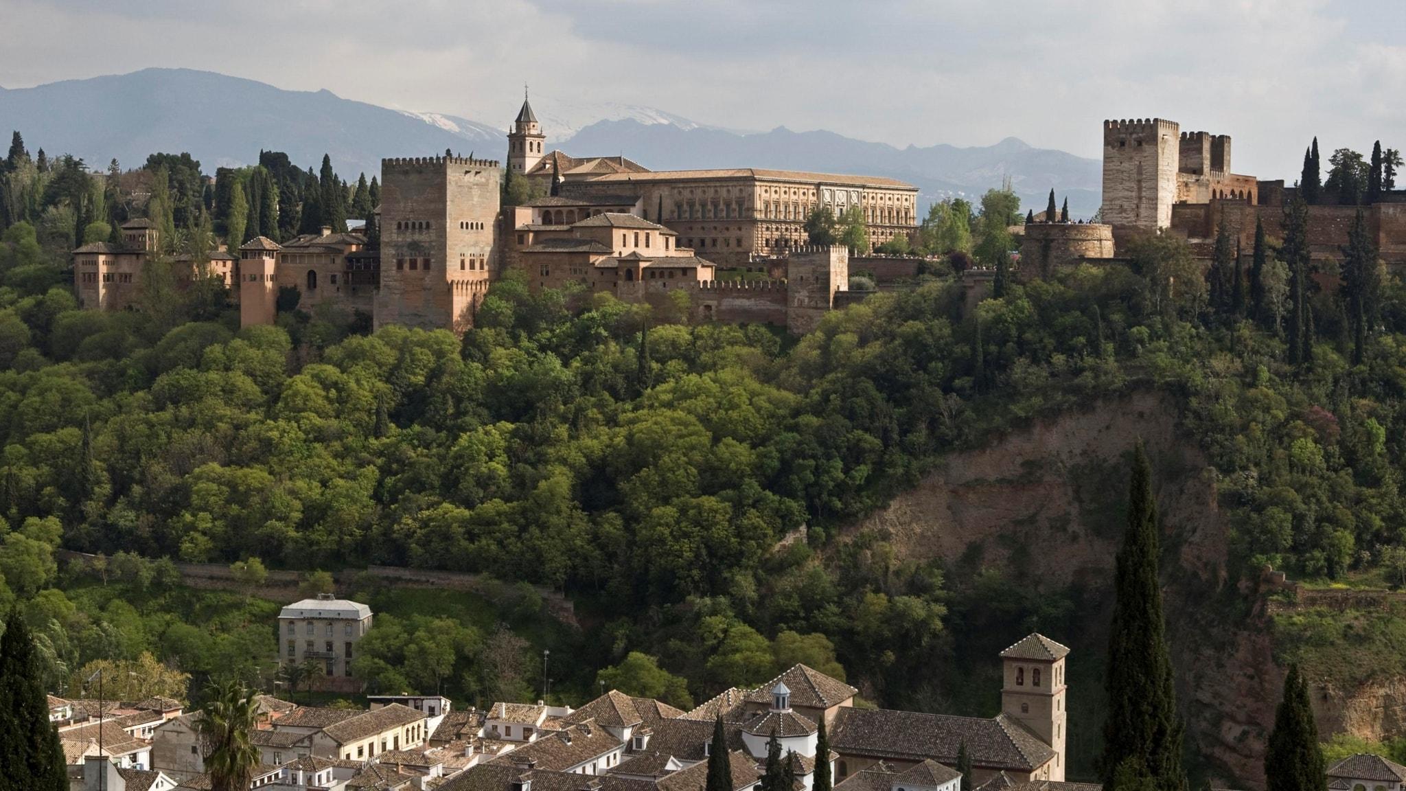 Alhambra ligger i Granada i Andalusien.