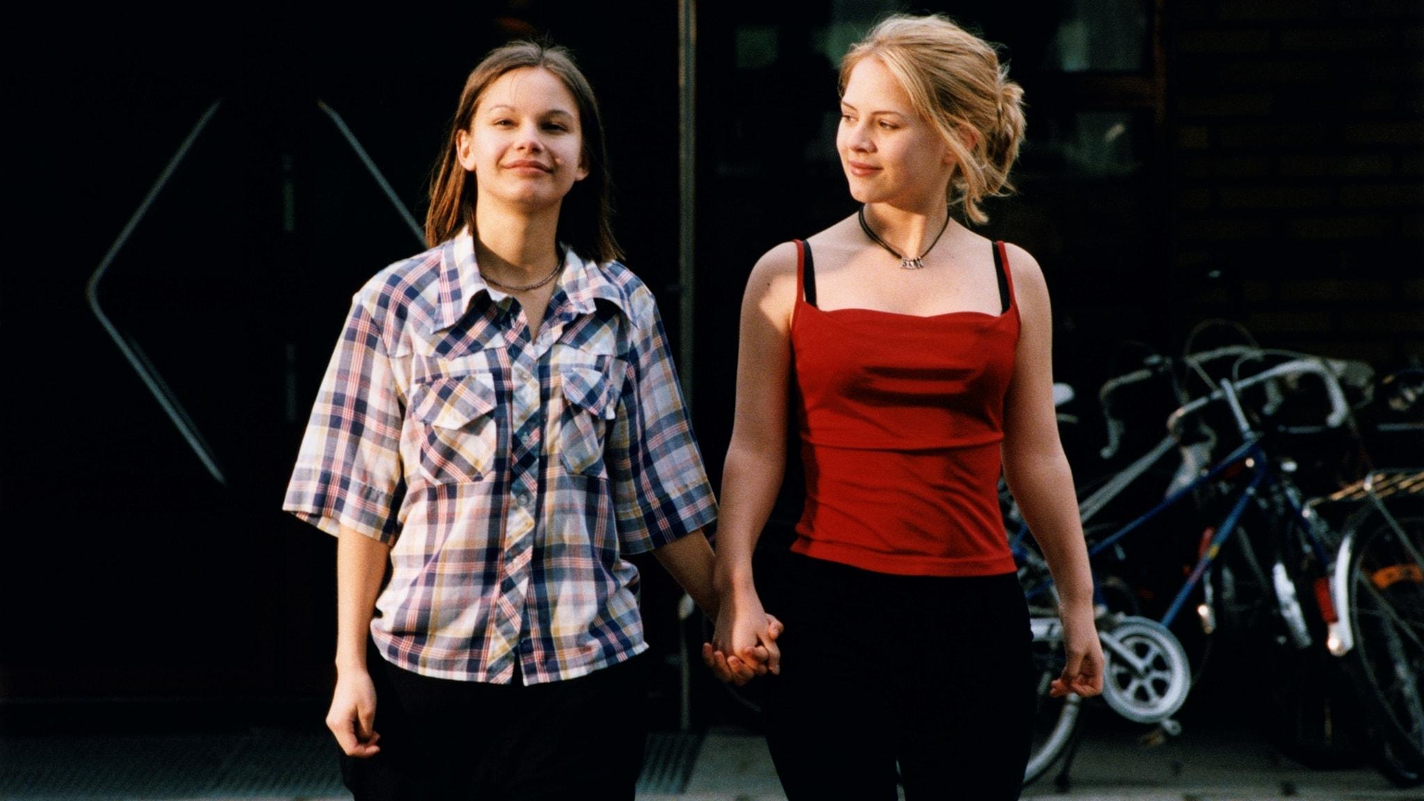 """Alexandra Dahlström (Elin) och Rebecka Liljeberg (Agnes) i """"Fucking Åmål""""."""