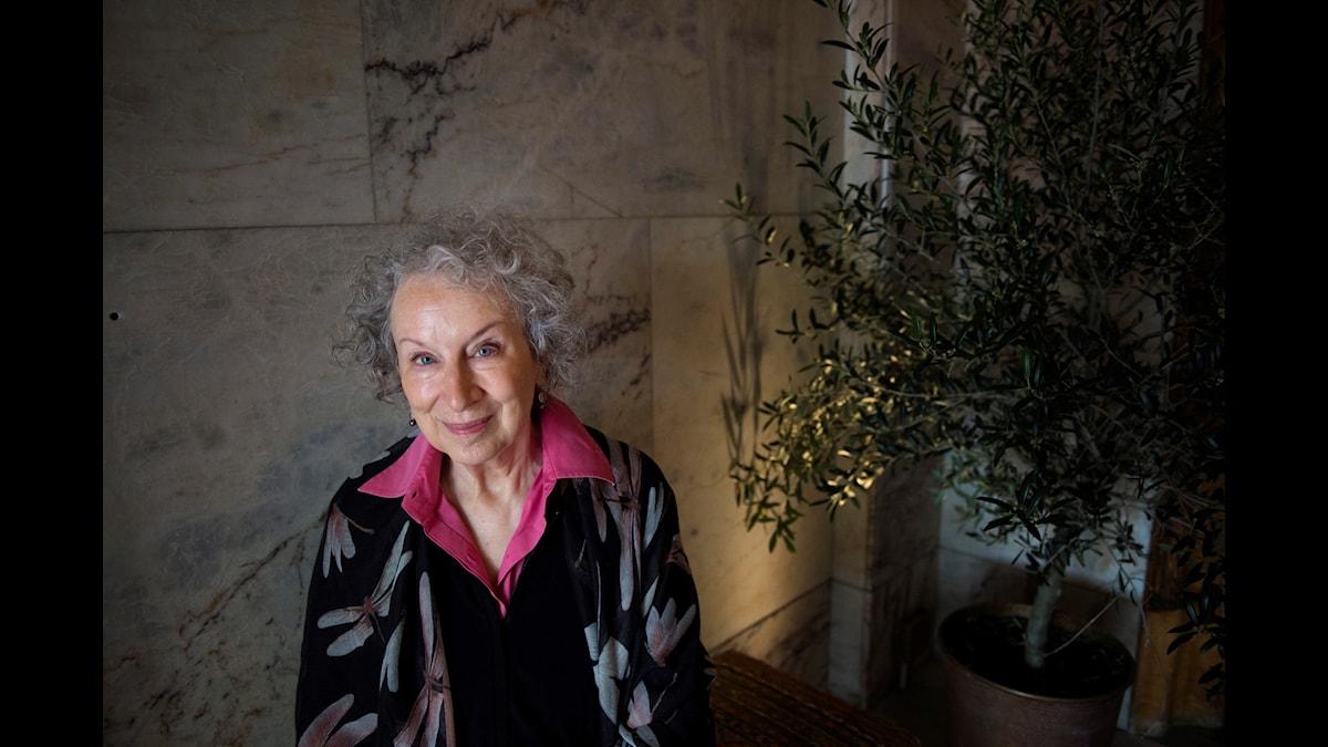 Margaret Atwood har skrivit ett litterärt verk som kommer att publiceras först om närmare hundra år. Men vem ska trycka boken? Konst med långa perspektiv tvingar oss att tänka på hur samhället kommer att organiseras i framtiden.