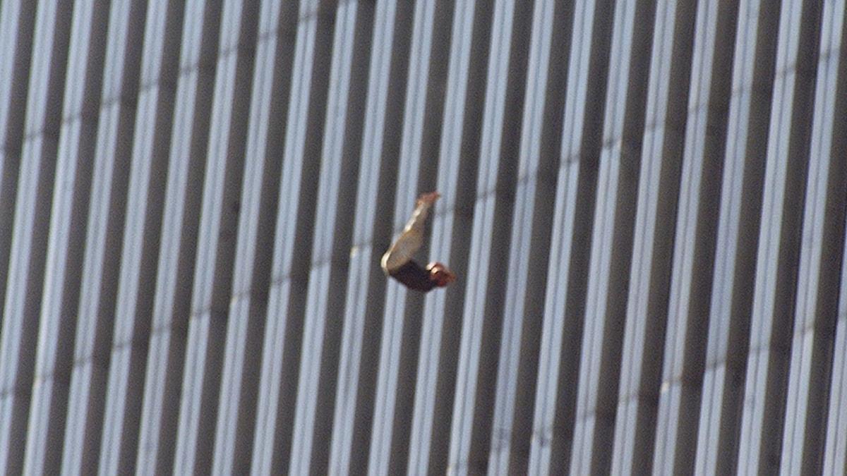 """Trots titeln handlar """"Falling man"""" inte i första hand om dem som föll mot döden från World Trade Center 11 september 2001."""