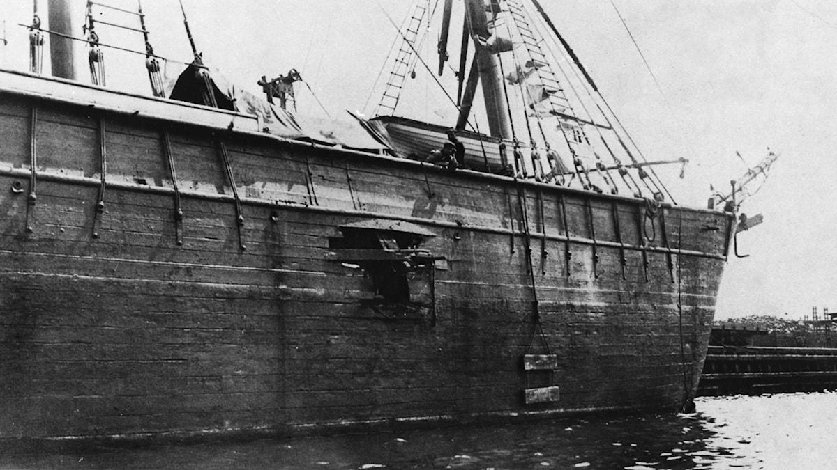 """I juli 1908 utsattes logementfartyget """"Amalthea""""  i Malmö hamn, för ett attentat. Det är utgångspunkten i Per Anders Fogelströms roman """"Café utposten""""."""